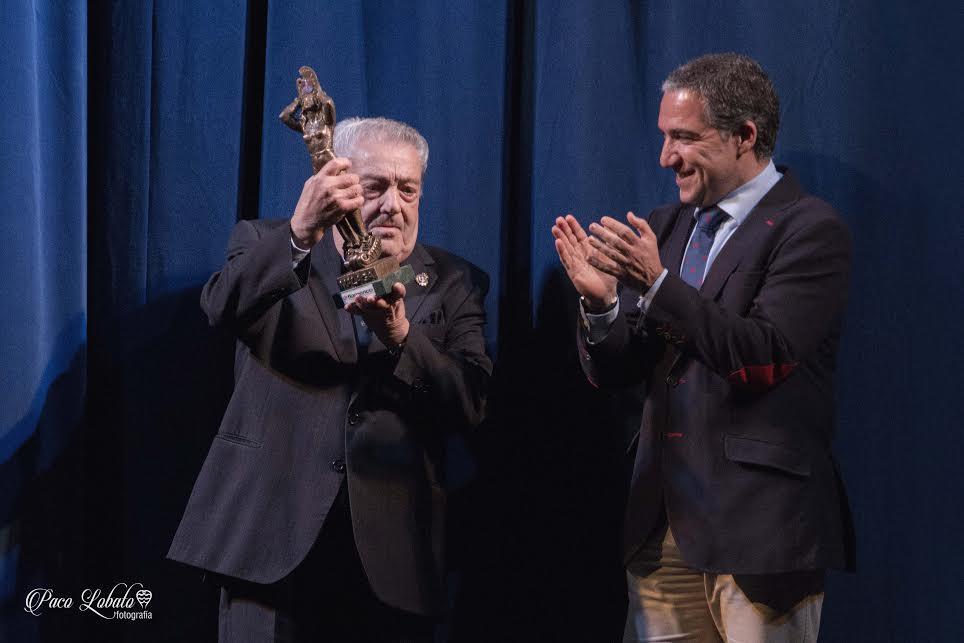 Antonio de Canillas con su trofeo
