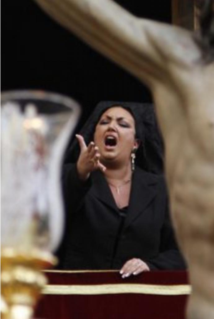 Mujer canta saeta